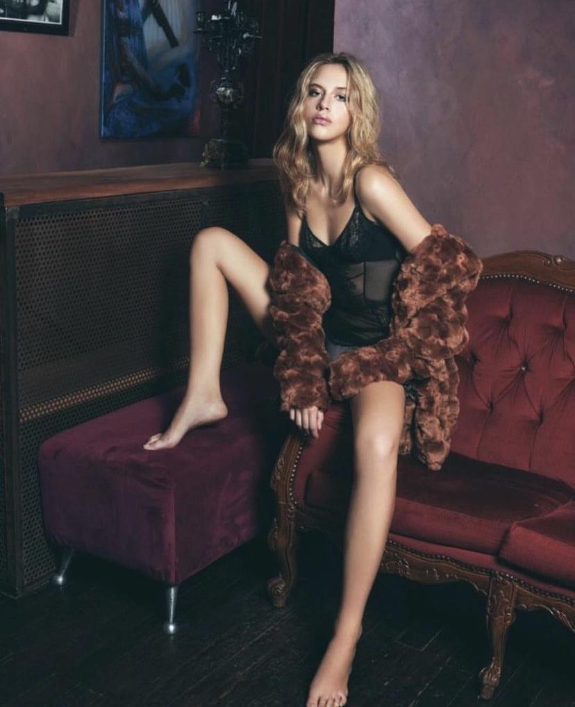 Emma Maxine Legs 1